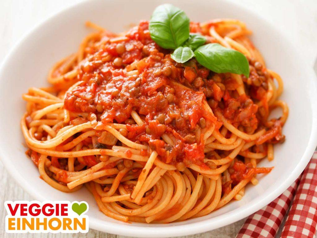 Spaghetti mit veganer Linsen Bolognese auf einem Teller