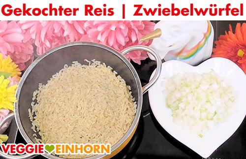 Gekochter Reis und Zwiebelwürfel