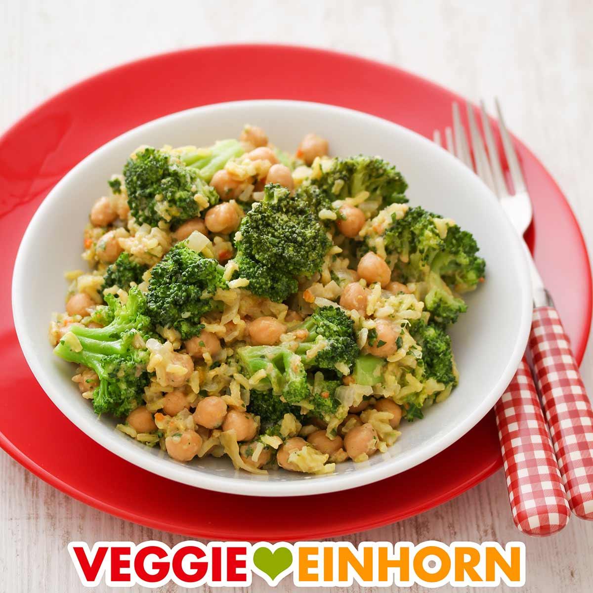 Vegane Reispfanne mit Brokkoli, Kichererbsen und Erdnussmus