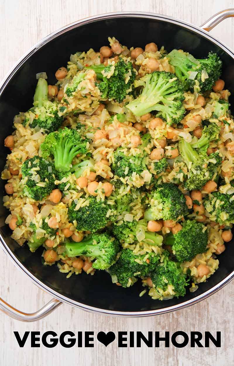 Eine Pfanne mit Brokkoli, Reis und Kicherebsen