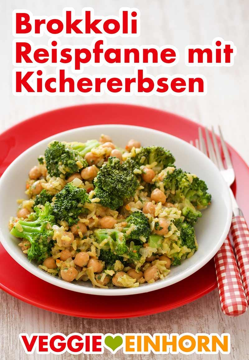 Reispfanne mit Kichererbsen, Brokkoli und Erdnussmus auf einem Teller