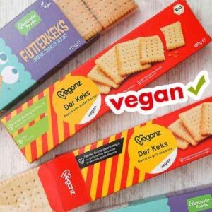 Vegane Butterkekse von verschiedenen Marken in den Packungen