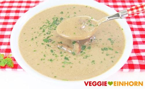 Vegane Champignonsuppe serviert auf Teller