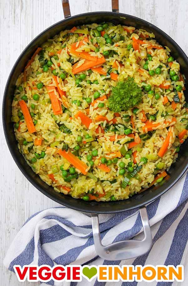 Curry Reis Pfanne mit Erbsen, Möhren und Lauch