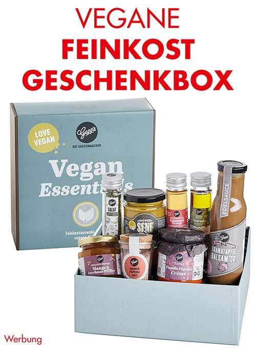 Eine Geschenkbox mit veganen Feinkost Artikeln