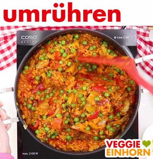 Vegane Gemüse Paella wird in Pfanne umgerührt