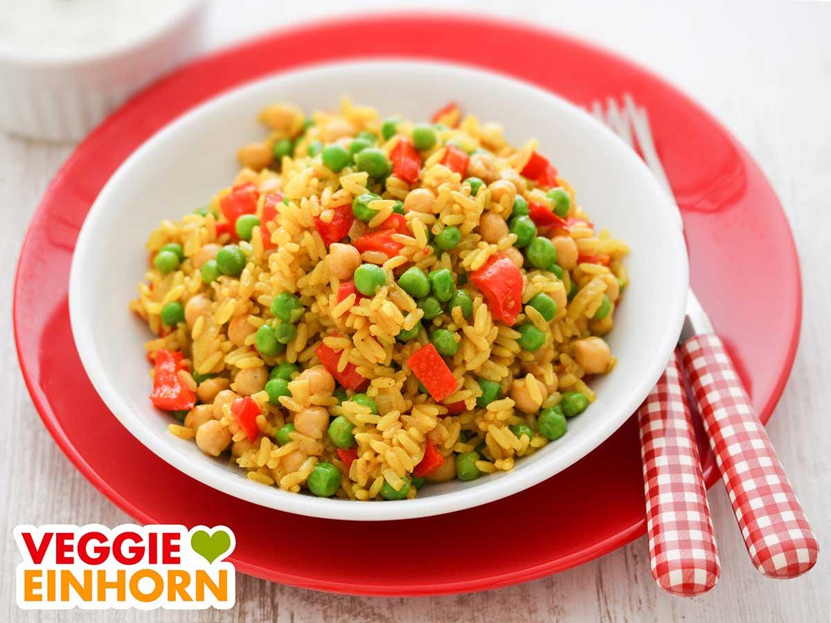 Gemüsepfanne mit Reis, Kichererbsen, Paprika und Erbsen