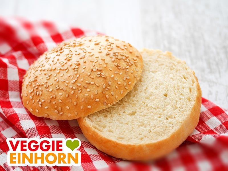 Ein aufgeschnittenes Hamburger Brötchen auf einem roten Tuch