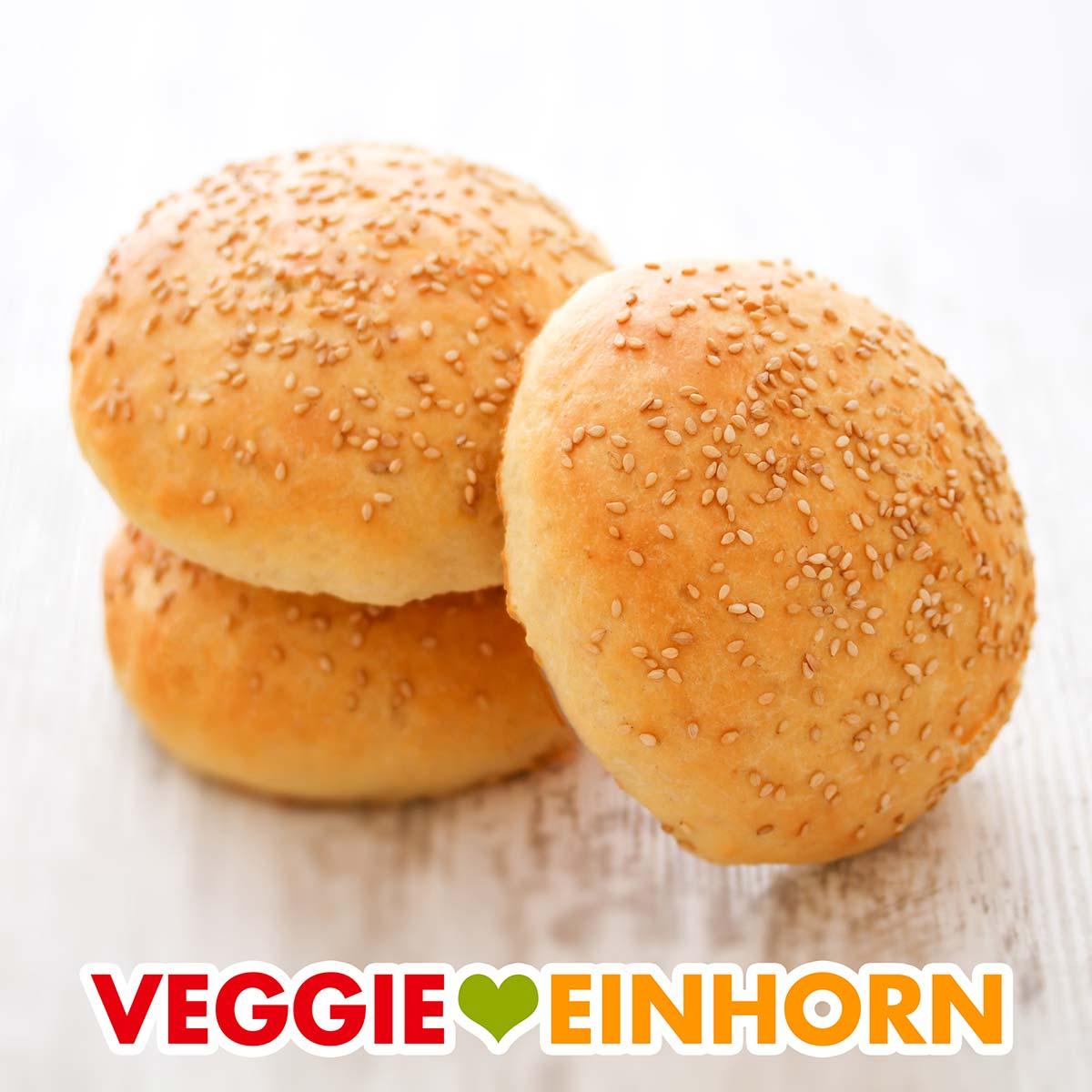 Drei vegane Hamburger Brötchen mit Sesam