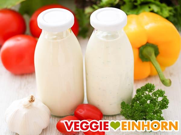 Zwei Flaschen mit veganer Dönersoße