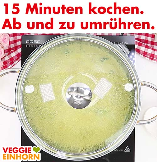 Vegane Käse-Lauch-Suppe mit Deckel kochen