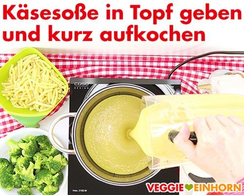 Vegane Käsesoße im Topf kurz aufkochen.