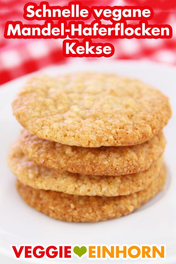 Vier Mandel Haferflocken Kekse auf einem Teller