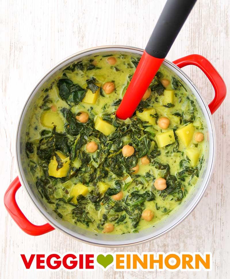 Ein Topf voll mit veganer Kichererbsensuppe mit Spinat