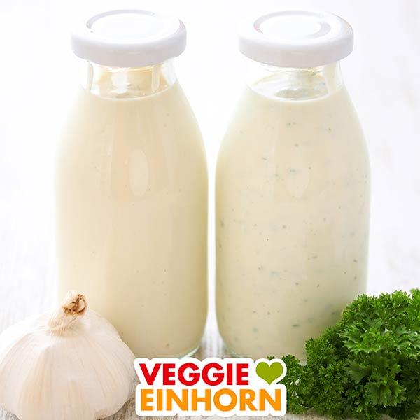 Zwei Flaschen mit veganer Knoblauch Joghurtsoße