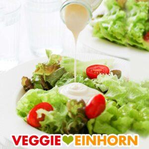Vegane Knoblauch Joghurt Soße wird über Salat gegossen