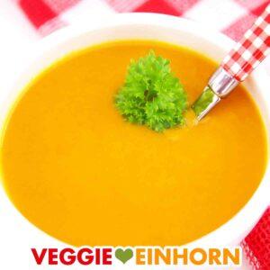 Vegane Kürbissuppe mit Möhren, Ingwer und Kokosmilch