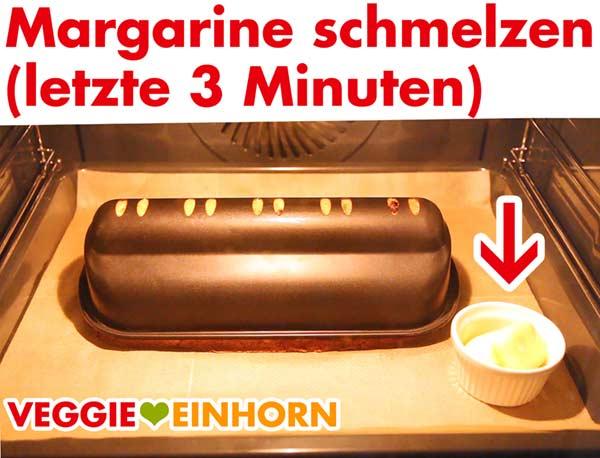 Vegane Margarine schmelzen zum Bestreichen des Stollens