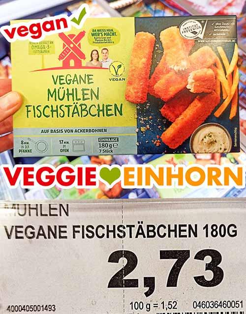 Eine Packung vegane Mühlen Fischstäbchen im Supermarkt