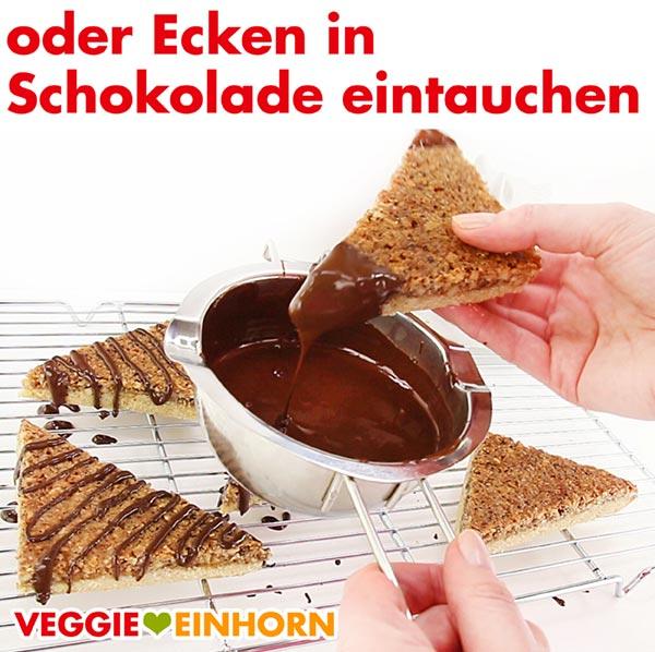 Ecken der Nussecken in vegane Schokolade tauchen