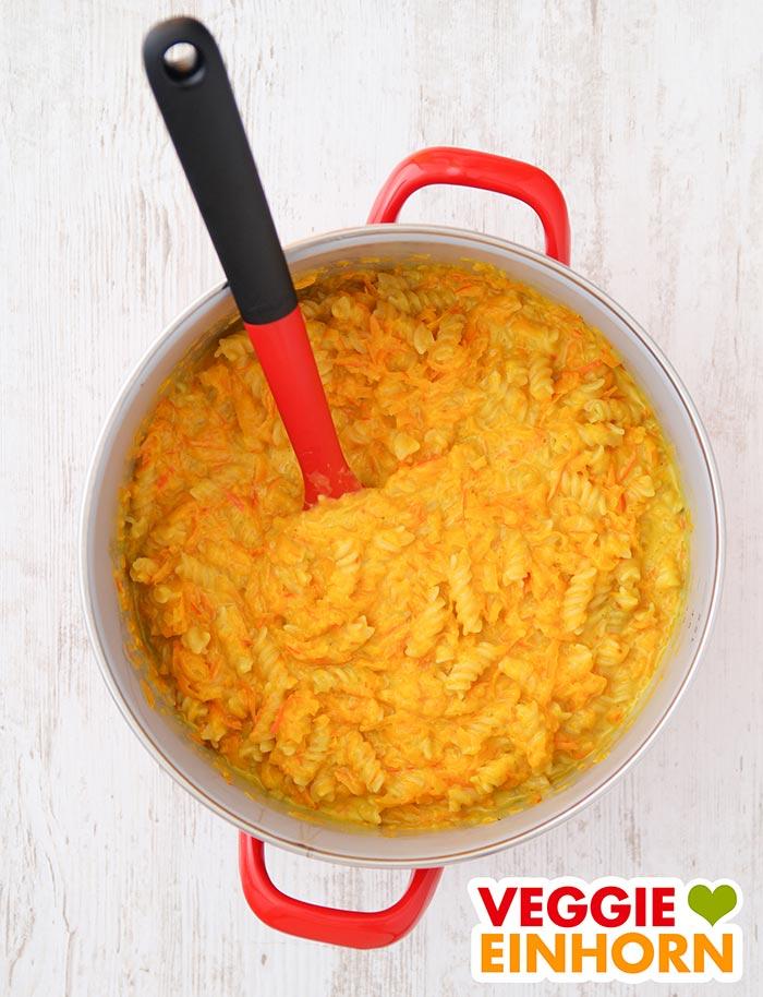 Vegane One Pot Pasta mit Kürbis im Topf