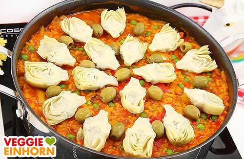 Vegane Paella mit Artischockenherzen und Oliven