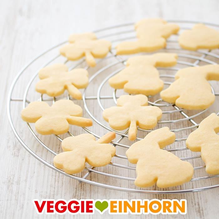 Vegane Plätzchen in Form von Osterhasen und Kleeblättern