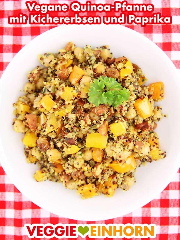 Vegane Quinoa-Pfanne mit Paprika, Kichererbsen, Mandeln und Rosinen
