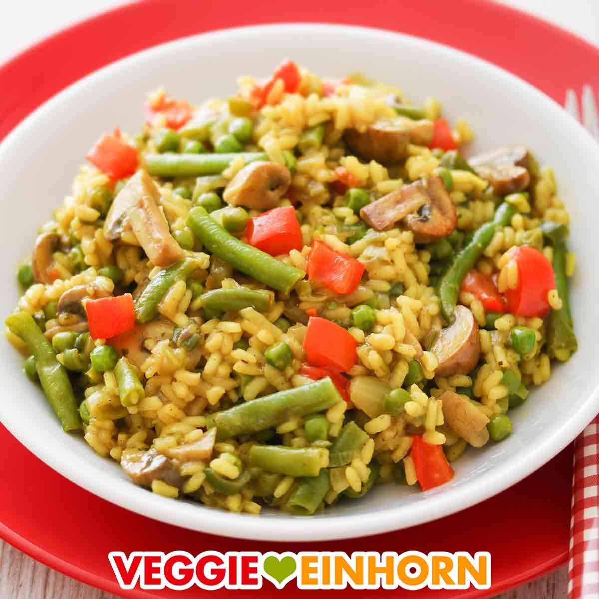 Vegane Reispfanne mit Bohnen, roten Paprika und Champignons