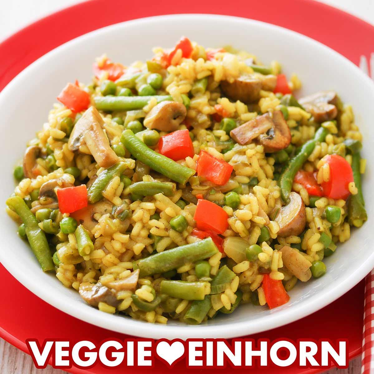 Vegane Reispfanne mit Paprika und Bohnen auf einem Teller