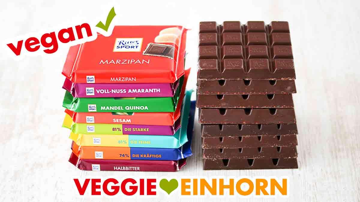 Zwei Stapel mit veganen Schokoladentafeln von Ritter Sport