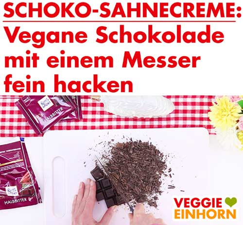 Vegane Schokolade mit dem Messer hacken