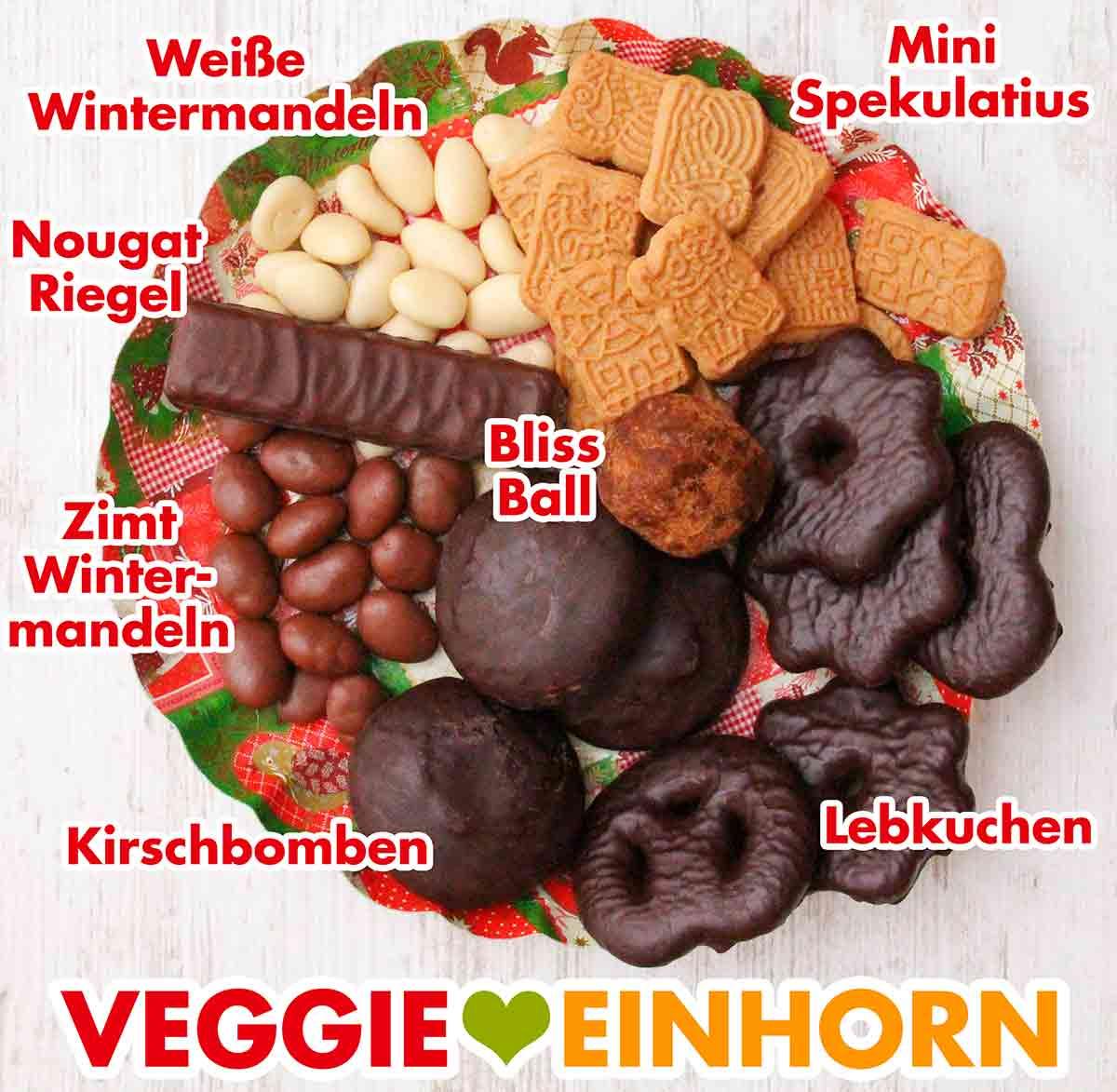 Vegane Süßigkeiten von Veganz für Weihnachten auf einem Teller