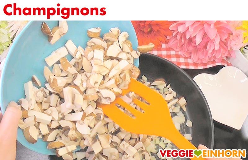 Vegane gefüllte Paprika | Schritt für Schritt Fotos | Champignons braten