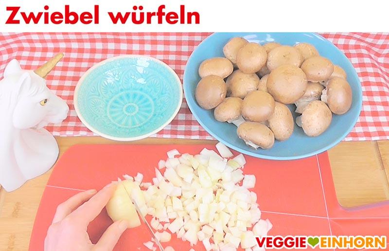 Vegane gefüllte Paprika | Schritt für Schritt Fotos | Zwiebel schneiden