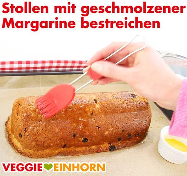 Stollen mit veganer Margarine bestreichen