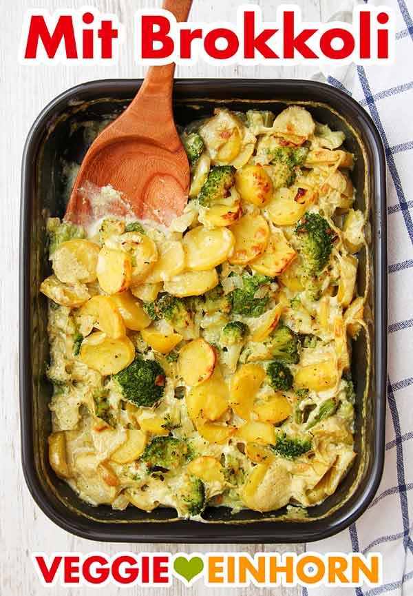 Veganer Auflauf mit Brokkoli und Kartoffeln in einer Auflaufform