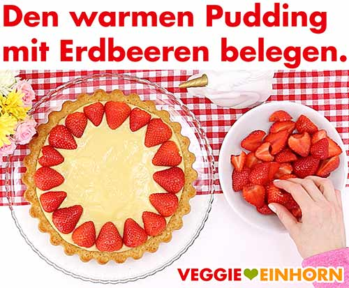 Pudding noch warm mit halbierten Erdbeeren belegen.