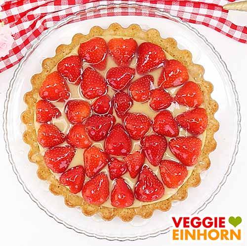 Veganer Erdbeerkuchen mit Pudding und fertigem Tortenguss