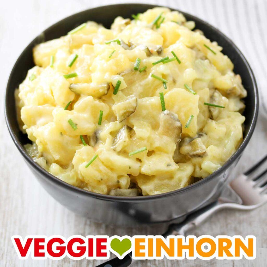 Eine Schüssel mit veganem Kartoffelsalat mit Mayo