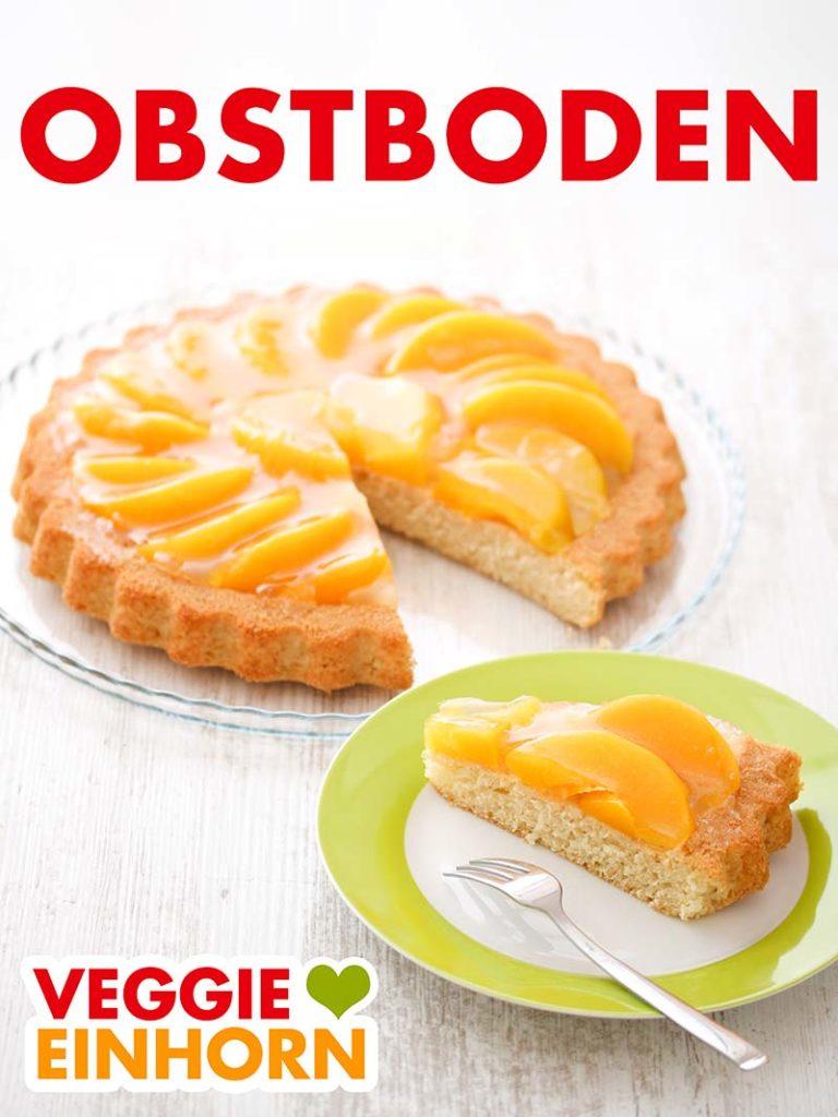 Der Obstkuchenboden ist mit Pfirsichen aus der Dose belegt