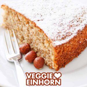 Veganer Nusskuchen auf einem Teller mit einer Kuchengabel