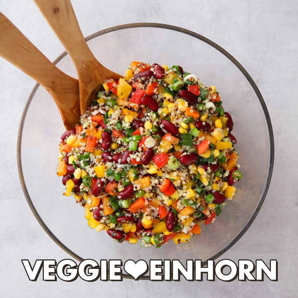 Veganer Quinoa Salat mit Paprika, Mais und Kidneybohnen