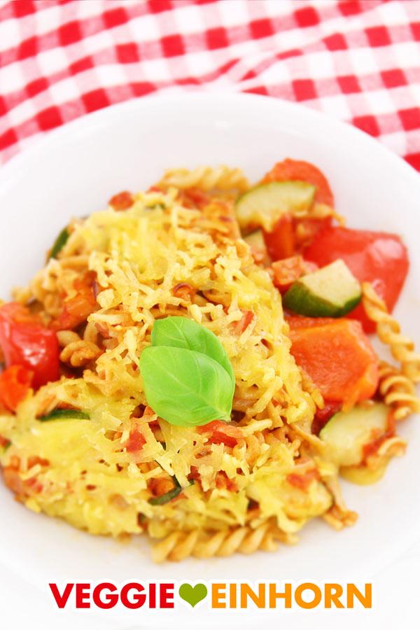 Veganer Nudelauflauf mit Zucchini und Paprika
