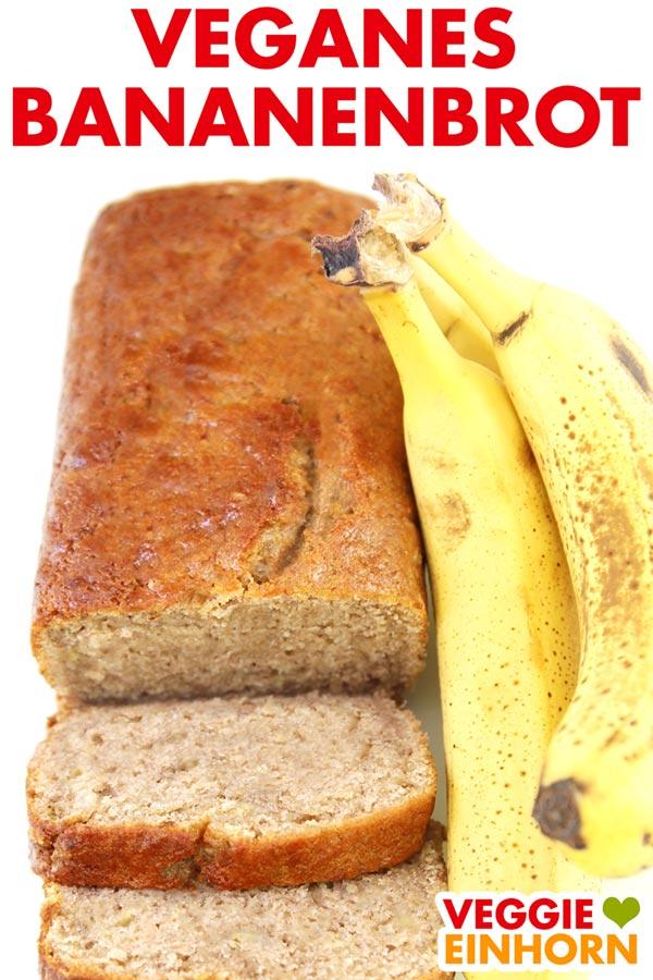 Ein angeschnittenes Banananbrot und drei Bananen