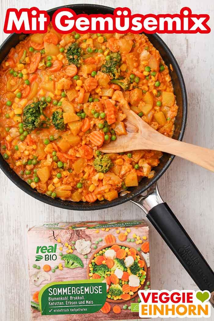 Veganes Curry in einer Pfanne und eine Packung tiefgekühlte Gemüsemischung