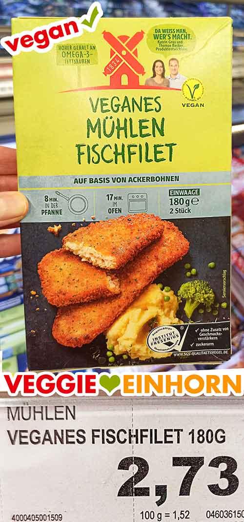Eine Packung veganes Mühlen Fischfilet im Supermarkt
