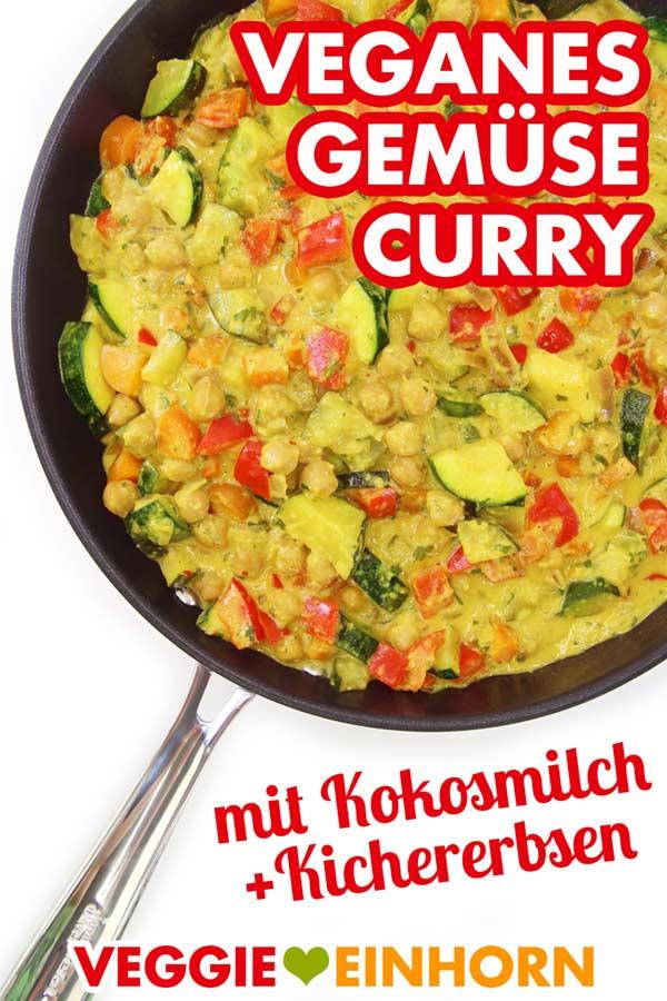 Veganes Gemüse Curry mit Kokosmilch und Kichererbsen in Pfanne