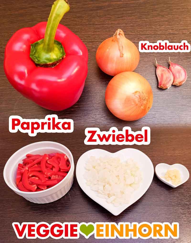 Paprika, Zwiebel und Knoblauch für das vegane Gulasch