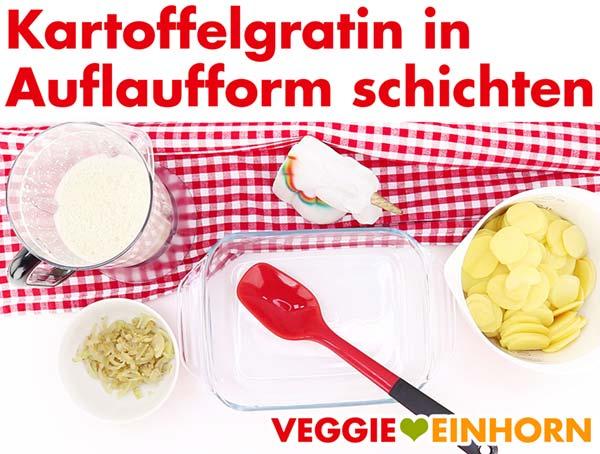 Veganes Kartoffelgratin in Auflaufform schichten